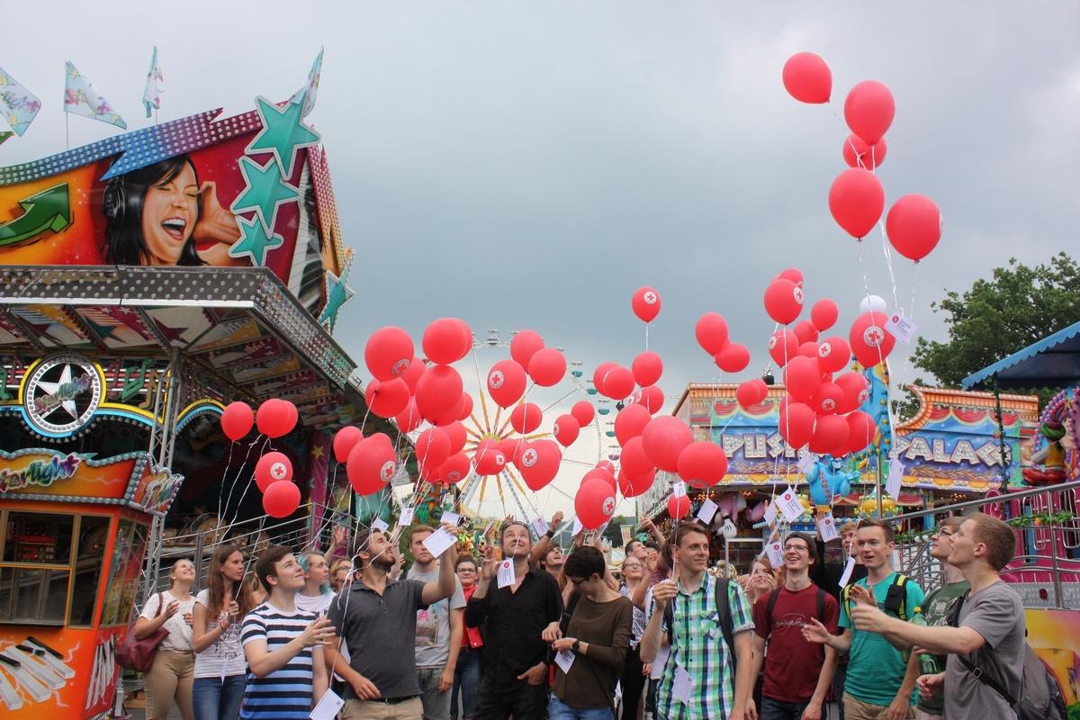 Feiwillige setzen ein Zeichen Luftballonaktion